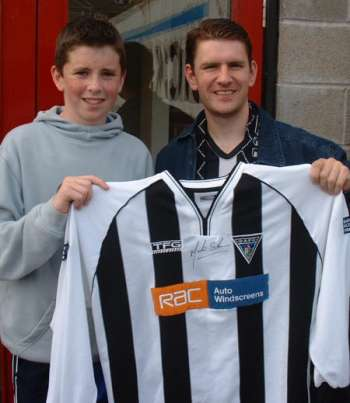 (c) www.DAFC.net Photographs can be requested from photos@dafc.net  Alexander collecting the No4 shirt)  (CompJustinSkinnerShirt23Jul2002.jpg)